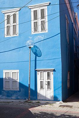 Blaues Eckgebäude mit Straßenlaterne - p045m1573722 von Jasmin Sander