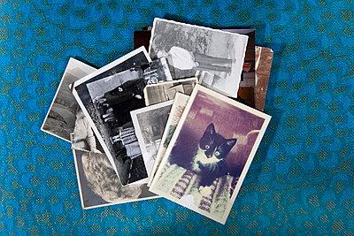 Stapel alter Fotos - p2380217 von Anja Bäcker