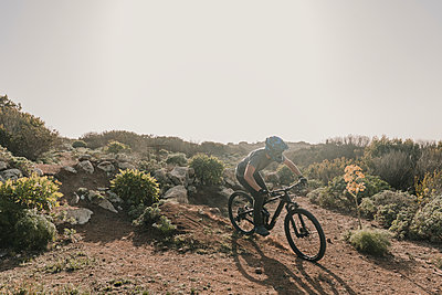 Spain, Lanzarote, mountainbiker on a trip in desertic landscape - p300m2102566 by Hernandez and Sorokina