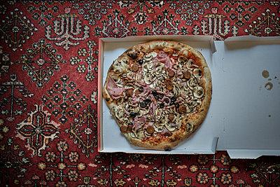 Pizza  im Karton - p966m2185486 von Tobias Leipnitz