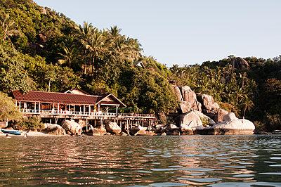 Haus auf Stelzen am Meer - p1273m1496173 von melanka