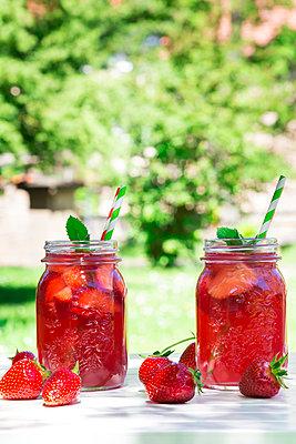Two glasses of homemade strawberry lemonade - p300m1459725 by Larissa Veronesi