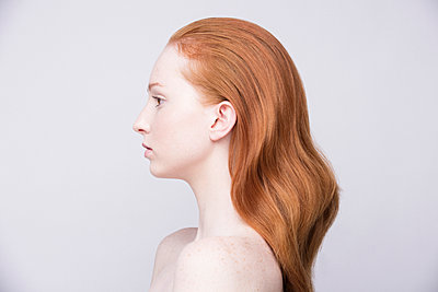 Portrait of young woman, side view, bare shoulders - p429m930254f by Keith Clouston