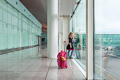 Kind am Gate - p712m1541272 von Jana Kay
