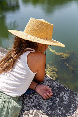 Girl wearing straw hat - p756m2125047 by Bénédicte Lassalle