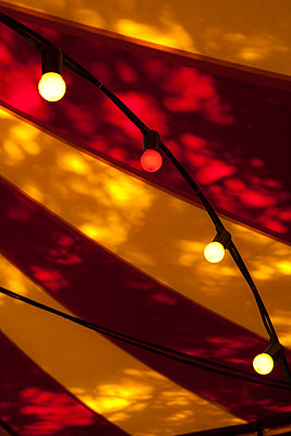 Yellow and red fairy lights - p927m1132562 by Florence Delahaye