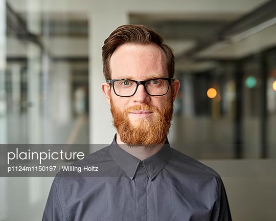 Junger Mann mit Bart und Brille - p1124m1150197 von Willing-Holtz