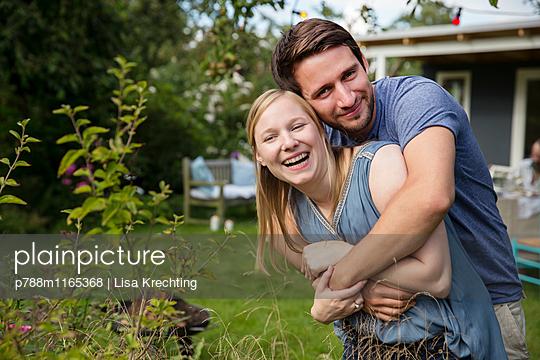 Liebespaar im Garten - p788m1165368 von Lisa Krechting
