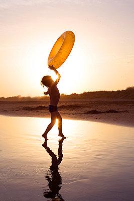 Kind spielt am Strand - p1308m1143932 von felice douglas