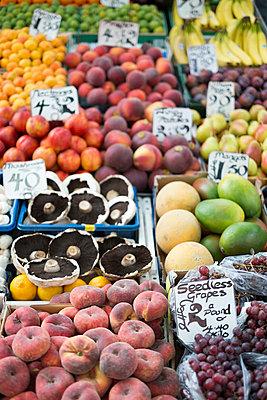 UK;  Norwich;  fresh fruits at market stall - p300m838459f by Markus Keller