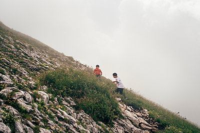 Boys hiking in thick fog on hilltop - p429m2153043 by ©JFCreatives