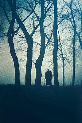 Mann im Wald - p794m972906 von Mohamad Itani