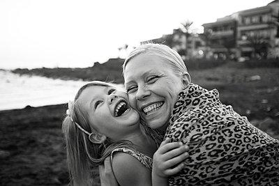 Mutter und Tochter Wange an Wange - p972m1160331 von Felix Odell