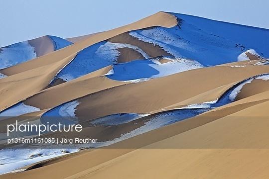 schneebedeckte Sanddünen des Khongor Els in der Wüste Gobi, Mongolei - p1316m1161095 von Jörg Reuther
