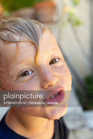 Boy with wet hair - p756m2125141 by Bénédicte Lassalle