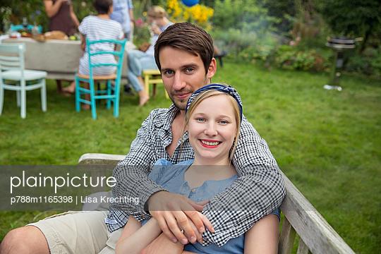Junges Paar auf der Gartenbank - p788m1165398 von Lisa Krechting