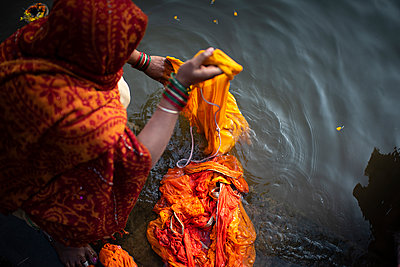 Woman washing her sari in the river - p1007m2099031 by Tilby Vattard