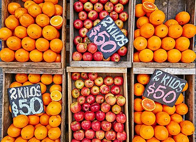 Fresh apples and oranges in crates on market stall, Montevideo, Uruguay, South America - p429m1519590 by Stephen Lux