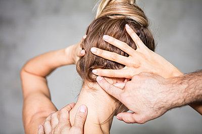 Trainer gibt einer Frau Hilfestellung  - p930m2045709 von Ignatio Bravo