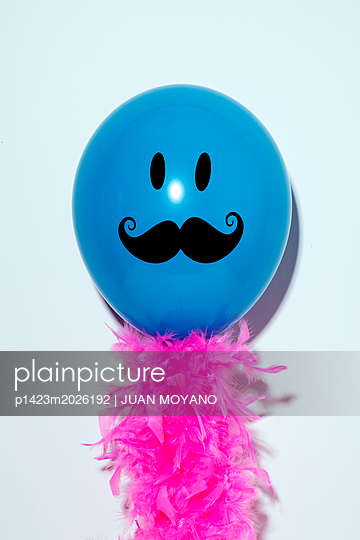 Luftballon mit einem Bart und rosa Federn - p1423m2026192 von JUAN MOYANO