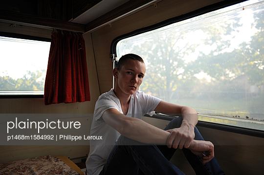 Jugendlicher in seinem Wohnwagen - p1468m1584992 von Philippe Leroux