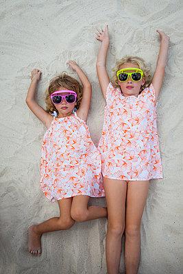 Coole Mädchen liegen am Strand - p045m2007856 von Jasmin Sander