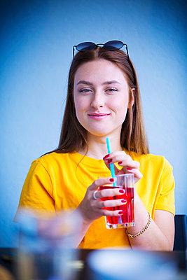 Junge Frau im Café - p1149m1592159 von Yvonne Röder