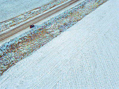 Russia, Moscow region, Aerial view of car in Winter landscape - p300m2166787 by Konstantin Trubavin