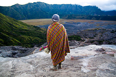 Seller of flower offerings atop Mount Bromo in East Java - p934m1022337 by Dominic Blewett