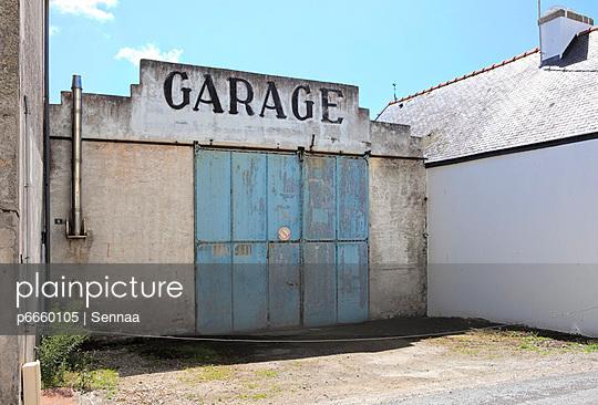 Verlassene Garage - p6660105 von Sennaa