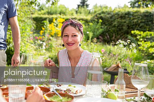 Frau auf einer Gartenparty - p788m1165358 von Lisa Krechting