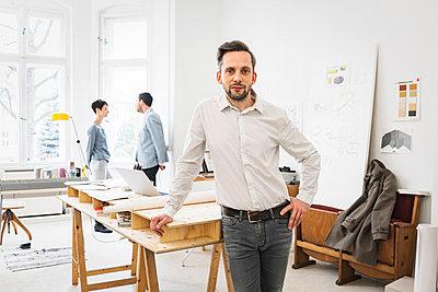 Architekt in Büro - p1284m1198562 von Ritzmann