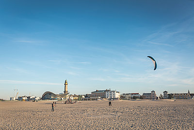 Germany, Warnemuende, stunt kite on the beach - p300m1129135 von Anke Scheibe