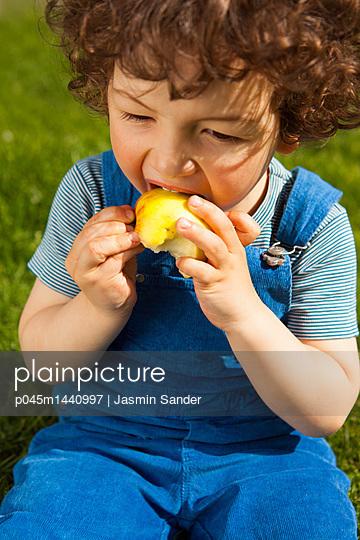 Apfel essen - p045m1440997 von Jasmin Sander