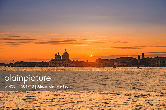 Sonnenuntergang über Salute-Kirche, Venedig - p1493m1584749 von Alexander Mertsch