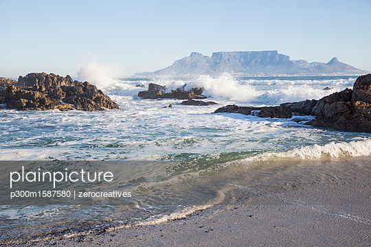 Africa, South Africa, Western Cape, Cape Town, View from beach to Table Mountain - p300m1587580 von zerocreatives