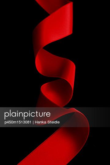 Rotes Band auf schwarzem Hintergrund     - p450m1513081 von Hanka Steidle