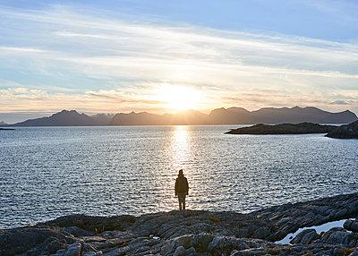 Frau im Sonnenuntergang am Meer - p1124m1165692 von Willing-Holtz
