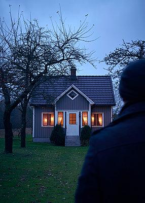 Mann steht vor schwedischem Haus - p1124m1193525 von Willing-Holtz