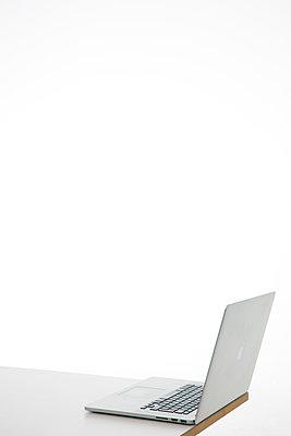 Laptop am Tischrand - p1212m1217607 von harry + lidy