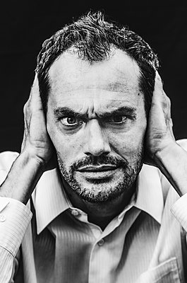Stressed man, portrait - p1640m2254582 by Holly & John