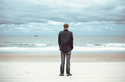 Mann am Strand - p432m815779 von mia takahara
