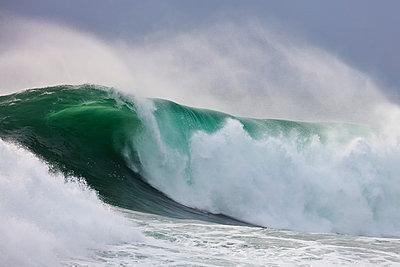 Brechende Wellen am Strand von Nazaré - p719m2081954 von Rudi Sebastian