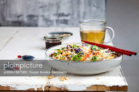 Salad with glas noodles, cabbage, carrots, bell peppers, spring onions, peanuts and hot thai dressing - p300m1587369 von Susan Brooks Dammann