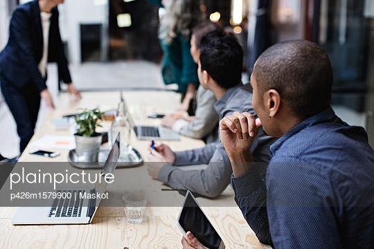 plainpicture - plainpicture p426m1579900 - Business colleagues listeni... - plainpicture/Maskot