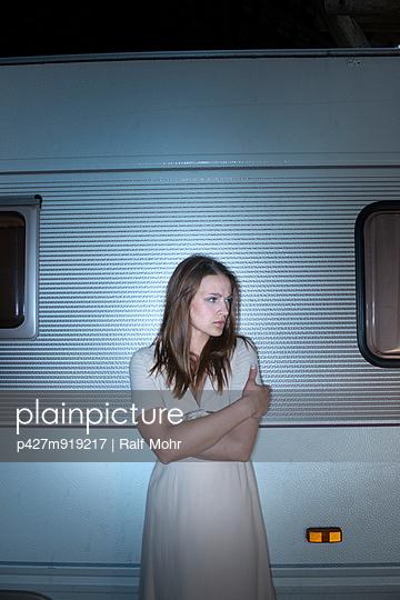 Verängstigte Frau - p427m919217 von Ralf Mohr
