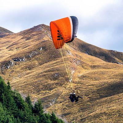 Paraglider - p1154m2092939 von Tom Hogan