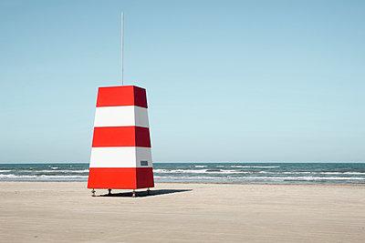 Rot-weiße Bake am Strand von Løkken - p1162m1486635 von Ralf Wilken