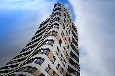 Germany, Munich, Mittersendling, modern apartment tower - p300m1460133 by Christina Falkenberg