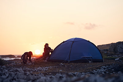 Young couple camping - p312m1521983 by Johan Alp